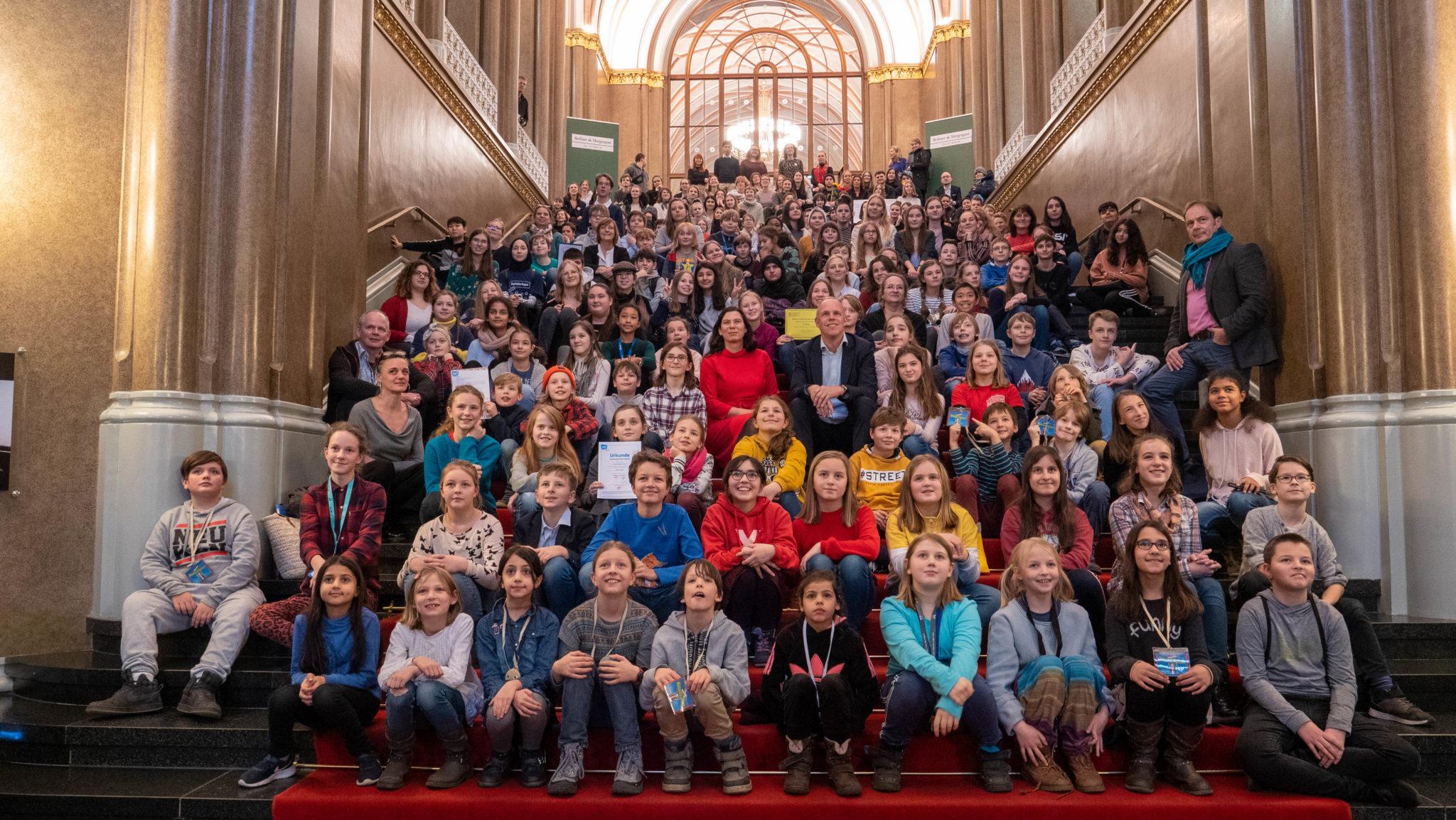Alle Teilnehmenden auf der Treppe des roten Rathauses